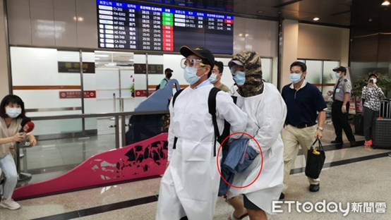 朱雪璋走出松山机场,以外衣遮停止铐(图源:台媒)