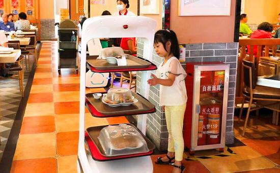 """擎朗智能:机器人无接触送餐 让餐饮行业""""名利双收"""""""