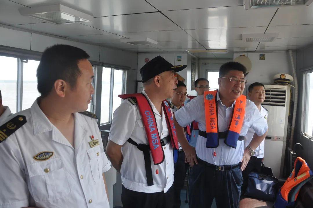 徐开金(右)在一线批示事情。长江航务治理局 供图