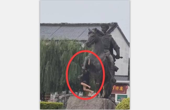 钦州刘永福雕像遭遇不文明行为