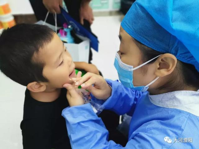 濮阳市三院让孩子看牙离别哭闹