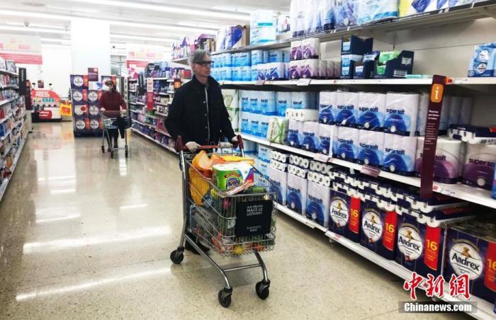 资料图:英国伦敦一超市,市民在购物。中新社记者 张平 摄