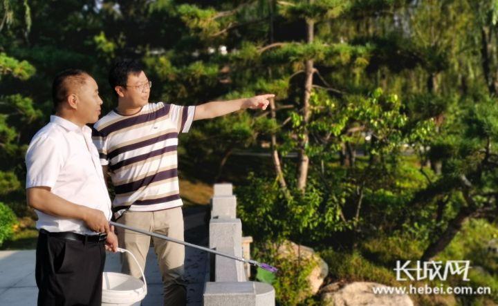 刘鹏(右)和高俊平一路巡河。长城网记者 郭庆敏 摄