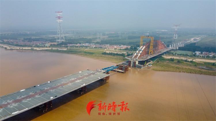 齐鲁黄河大桥架桥提速,预计年底钢箱梁全部架设完成