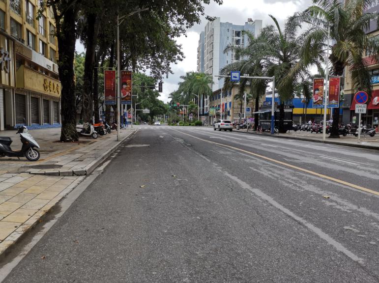 瑞丽城区街道已空无一人,店肆所有封闭 。受访者供图