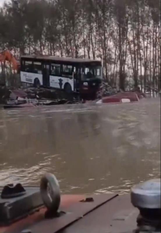 吉林德惠溃堤封堵:已往决口推入了3辆旧卡车、3辆旧公交车图片