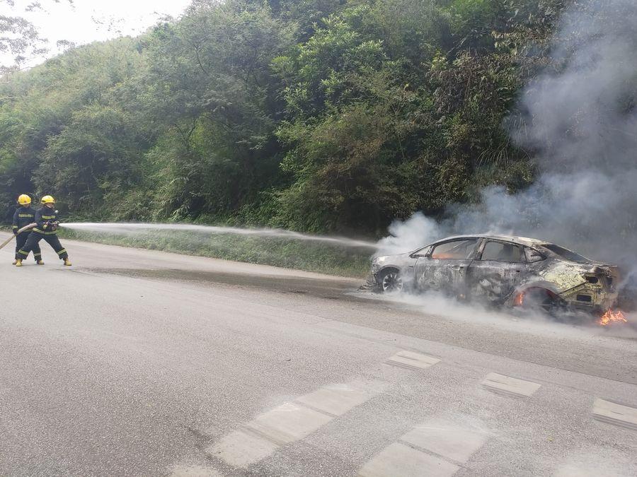 昆仑山口偏向一辆着火自燃的小车 现场烟雾弥漫
