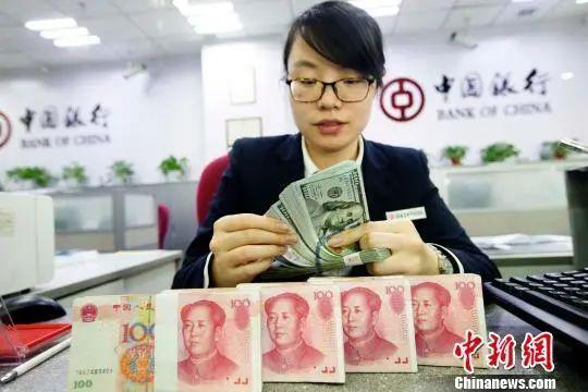 银行工作人员正在清点货币。张云 摄