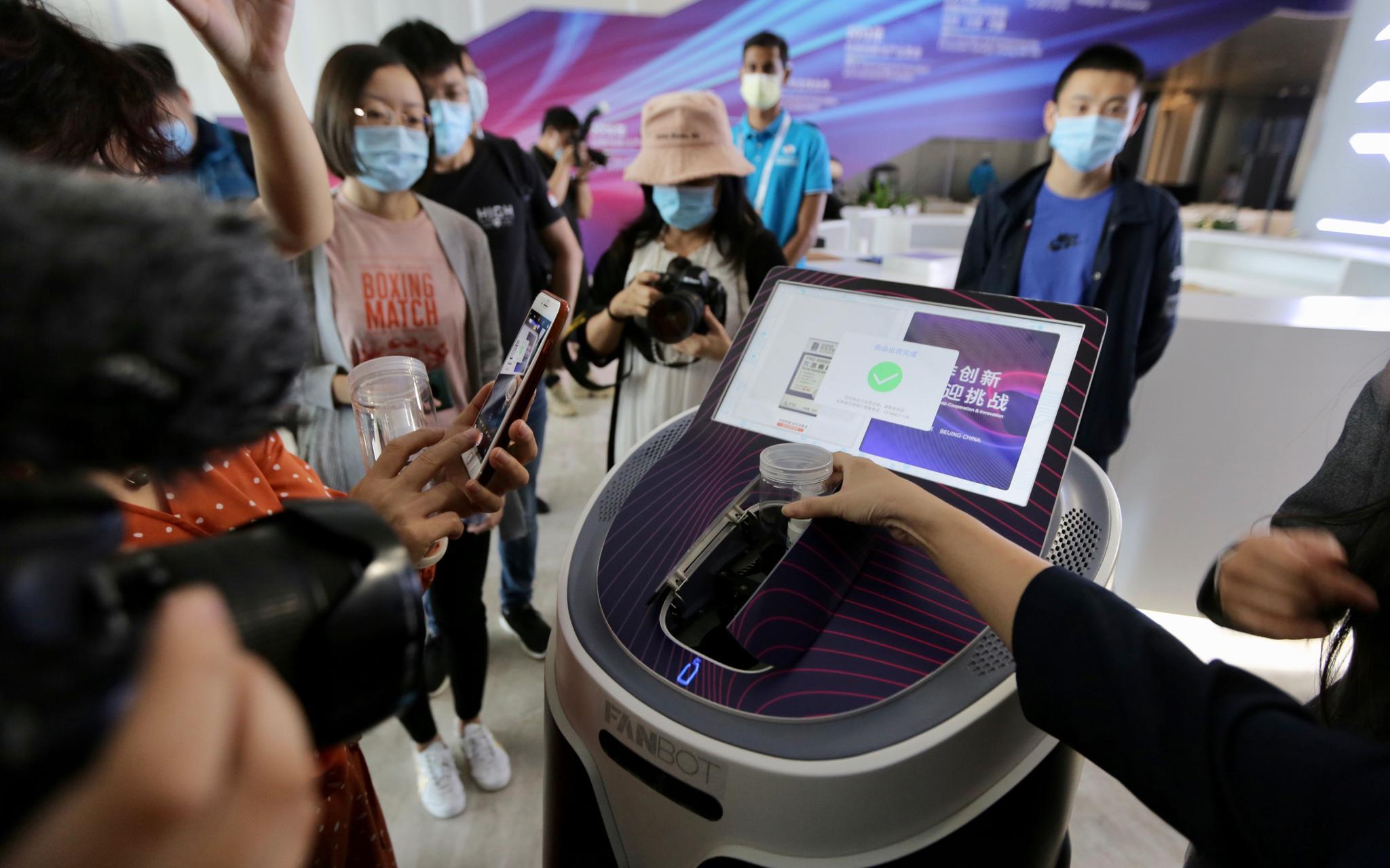 """智能服务机器人、全息投影……中关村论坛将用上这些""""黑科技""""图片"""