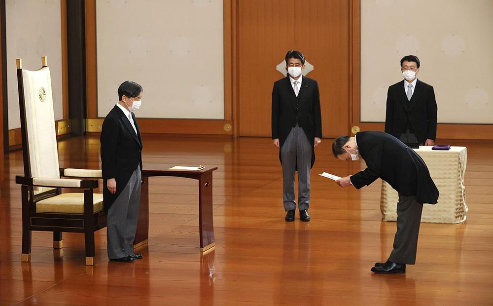 当地时间2020年9月16日,日本东京,日本新任首相菅义伟(右)在皇居参加首相任命仪式,接受德仁天皇(左)任命。 人民视觉 图