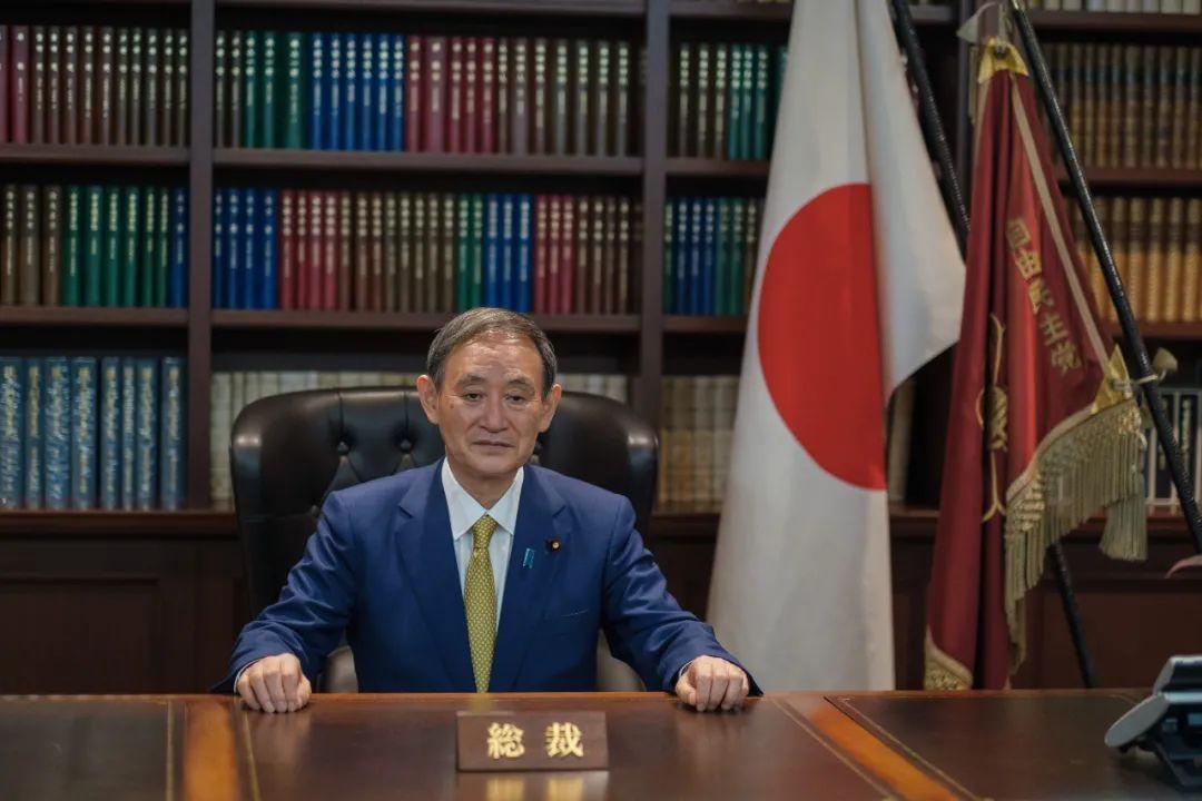 ▲9月14日,在日本东京的自民党总部,菅义伟在出席记者会前接受拍照。(新华社)