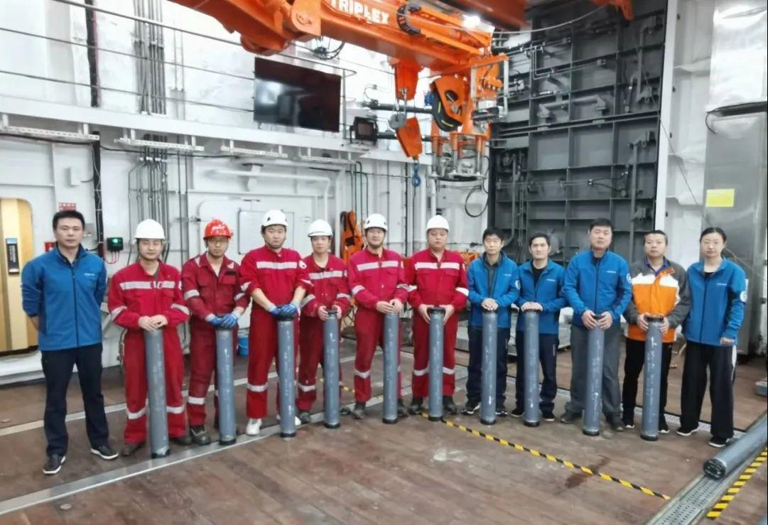 """创新纪录!""""雪龙2""""号在北冰洋成功获取18.65米柱状沉积物岩心样品图片"""