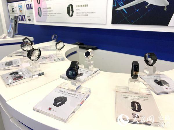 园区企业华米科技出产的智能穿着装备。陈浩摄