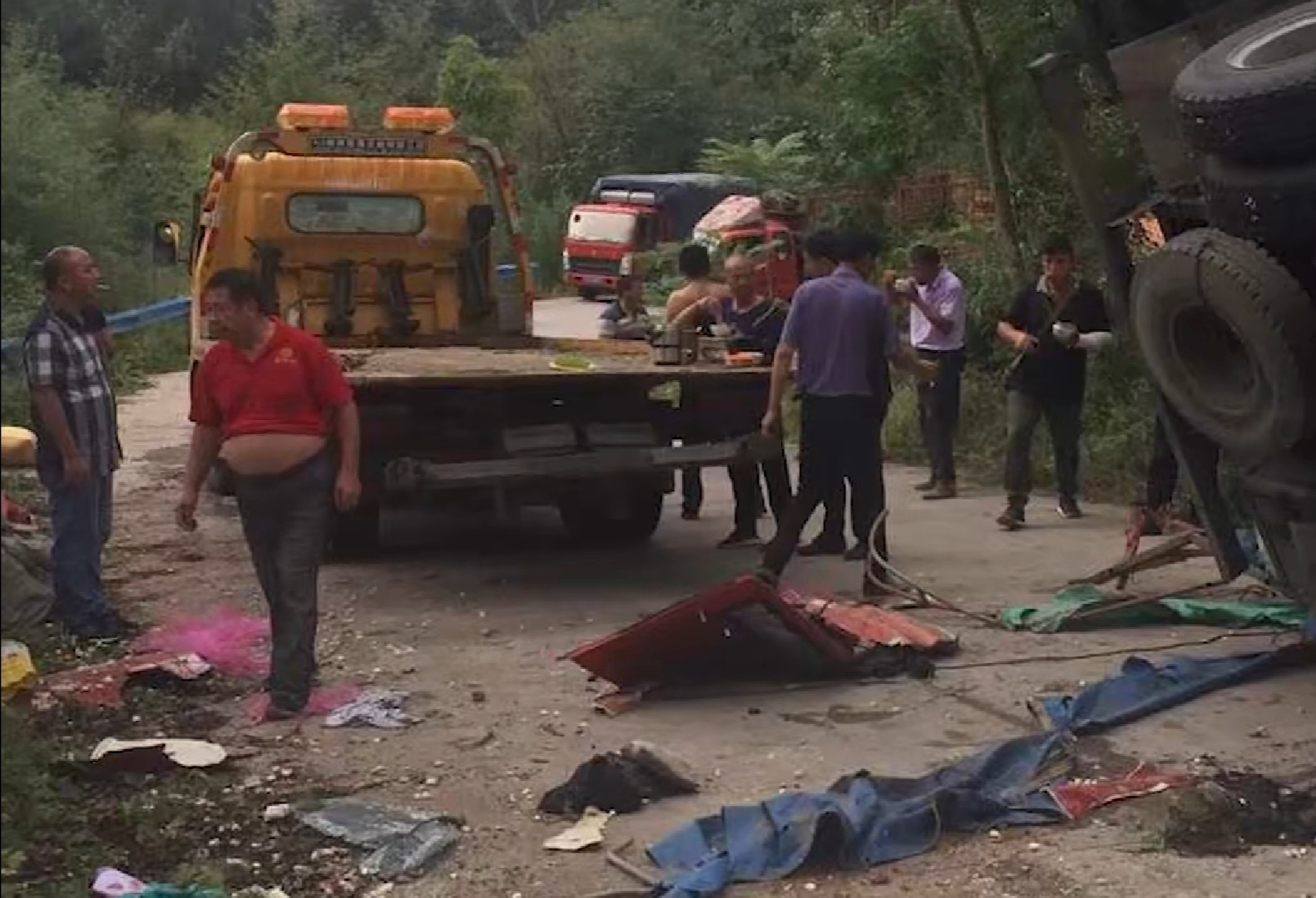 河南两货车侧翻致8死11伤,乡政府:事发地弯路多仍在管制中图片
