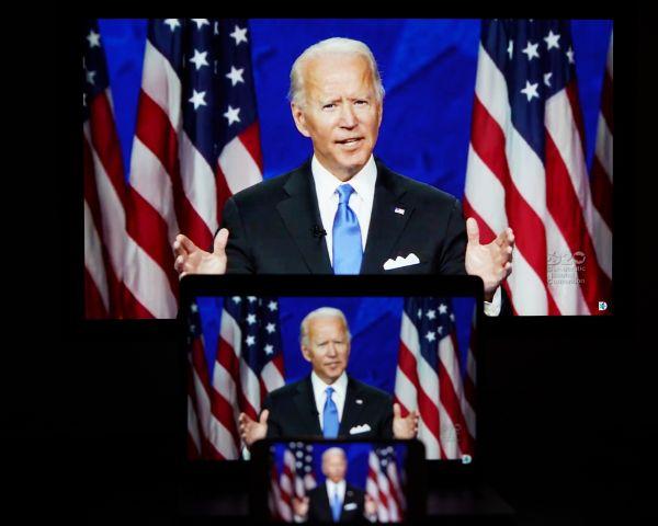 这张8月20日在美国阿灵顿拍摄的显示美国前副总统乔·拜登在线出席美国民主党全国代表大会的屏幕画面。(新华社)