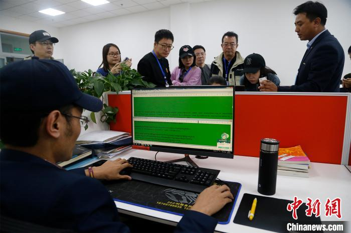 """图为""""云藏""""大数据中央事情职员正在编写语料库。马铭言摄"""