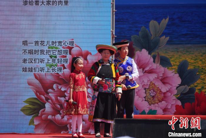 图为孙毛措(左一)在第十七届西北五省(区)花儿演唱会上演出。 文思睿 摄