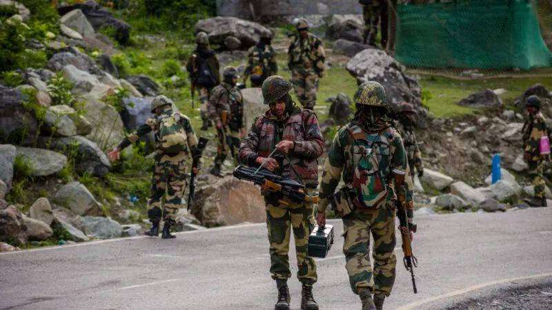 印军边防部队在中印边境克什米尔地区巡逻