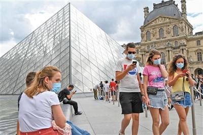 当地时间8月15日,法国巴黎,民众戴口罩出行。