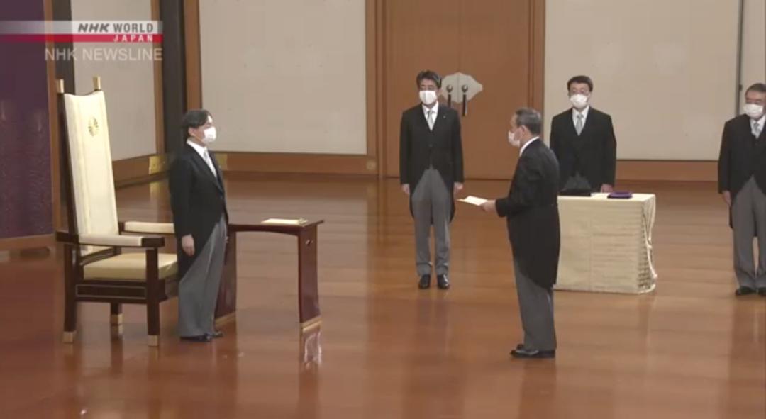 9月16日,菅义伟参加由德仁天皇主持的首相任命仪式。/NHK视频截图