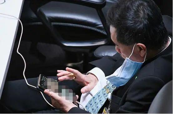 罗纳西普被拍到不断放大缩小照片 图源:英媒