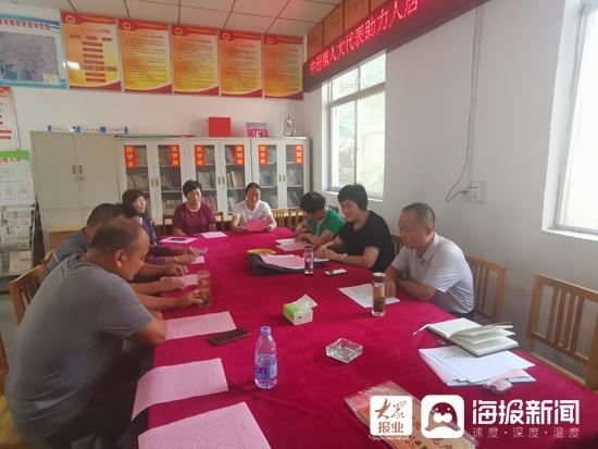 泗水县中策镇人大代表帮助整顿农村人居