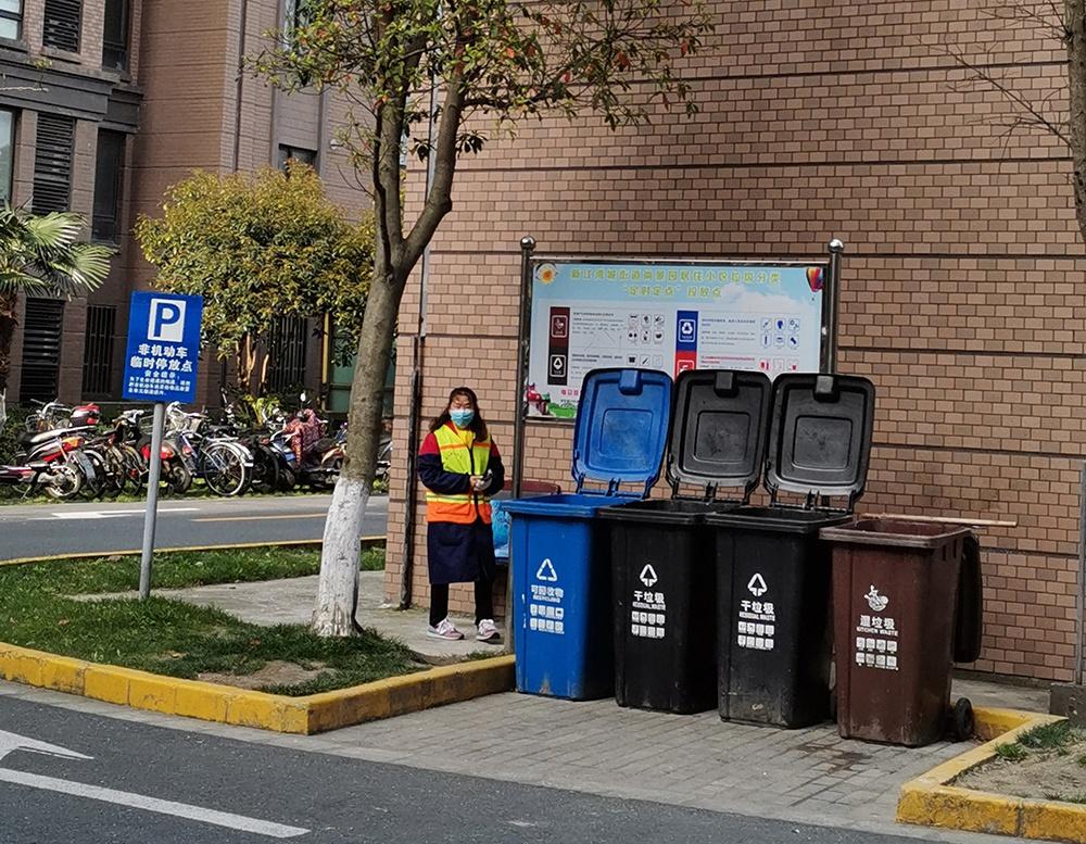 2020年2月,上海某小区的垃圾定点投放点。 澎湃新闻记者 冯婧 图