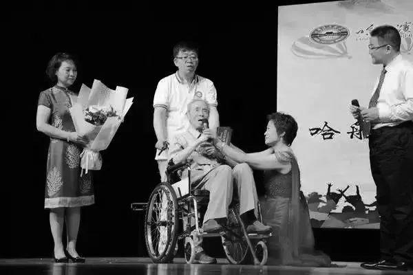 2017年,83级校友毕业30周年返校,83-712班校友向母校捐赠陈赓院长和邓三瑞教授的肖像画,邓三瑞上台接受捐赠。