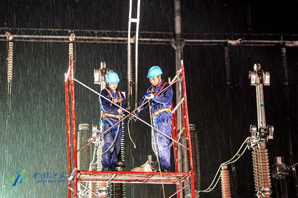 """电网""""最强大脑""""1秒判定故障 南京供电连夜抢修恢复电力图片"""