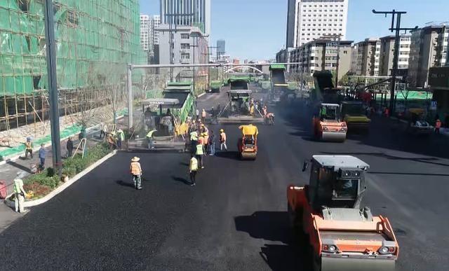 太原:解放路最后一层沥青已基本摊铺完成,通车在即