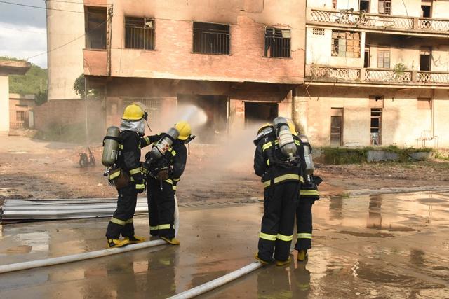 民房爆炸起火,消防紧急救援