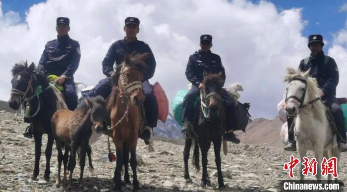 一名走失游客在西藏聂拉木县成功获救图片