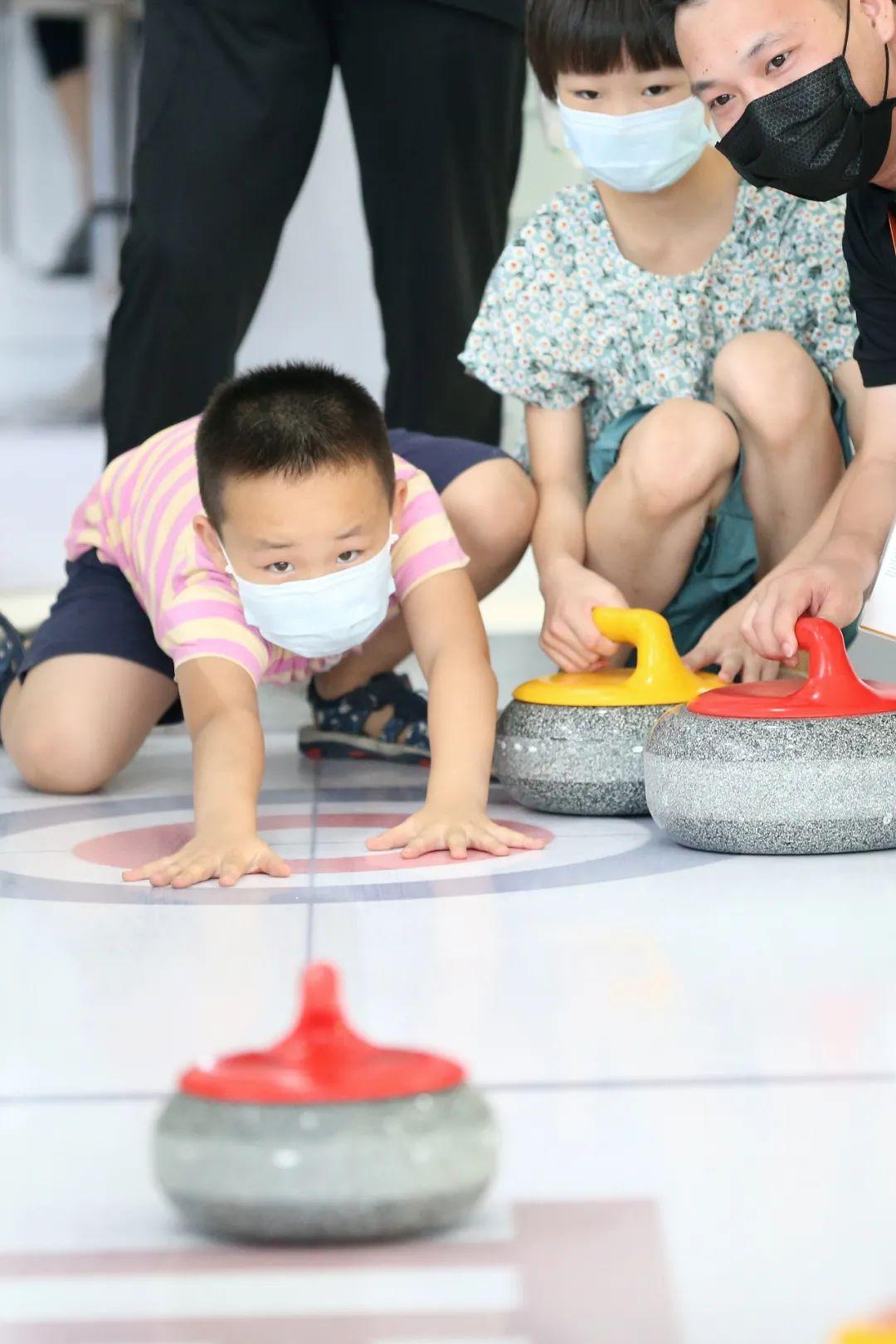 ▲9月5日,2020国际冬季运动(北京)博览会开幕,今年冬博会与中国国际服务贸易交易会同期举办。这是一名儿童在展区体验掷冰壶。(新华社)