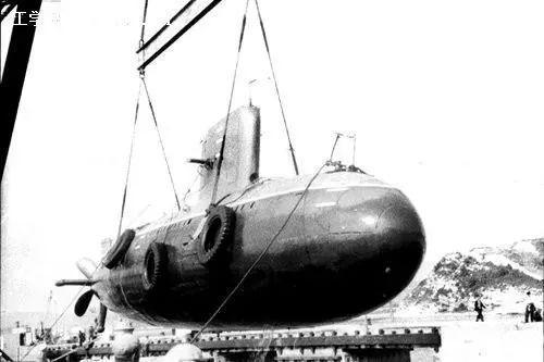 由邓三瑞作为总负责人研制成功的我国第一艘实验潜艇。该艇长15米、重约30吨,1959年底在旅顺海试成功。