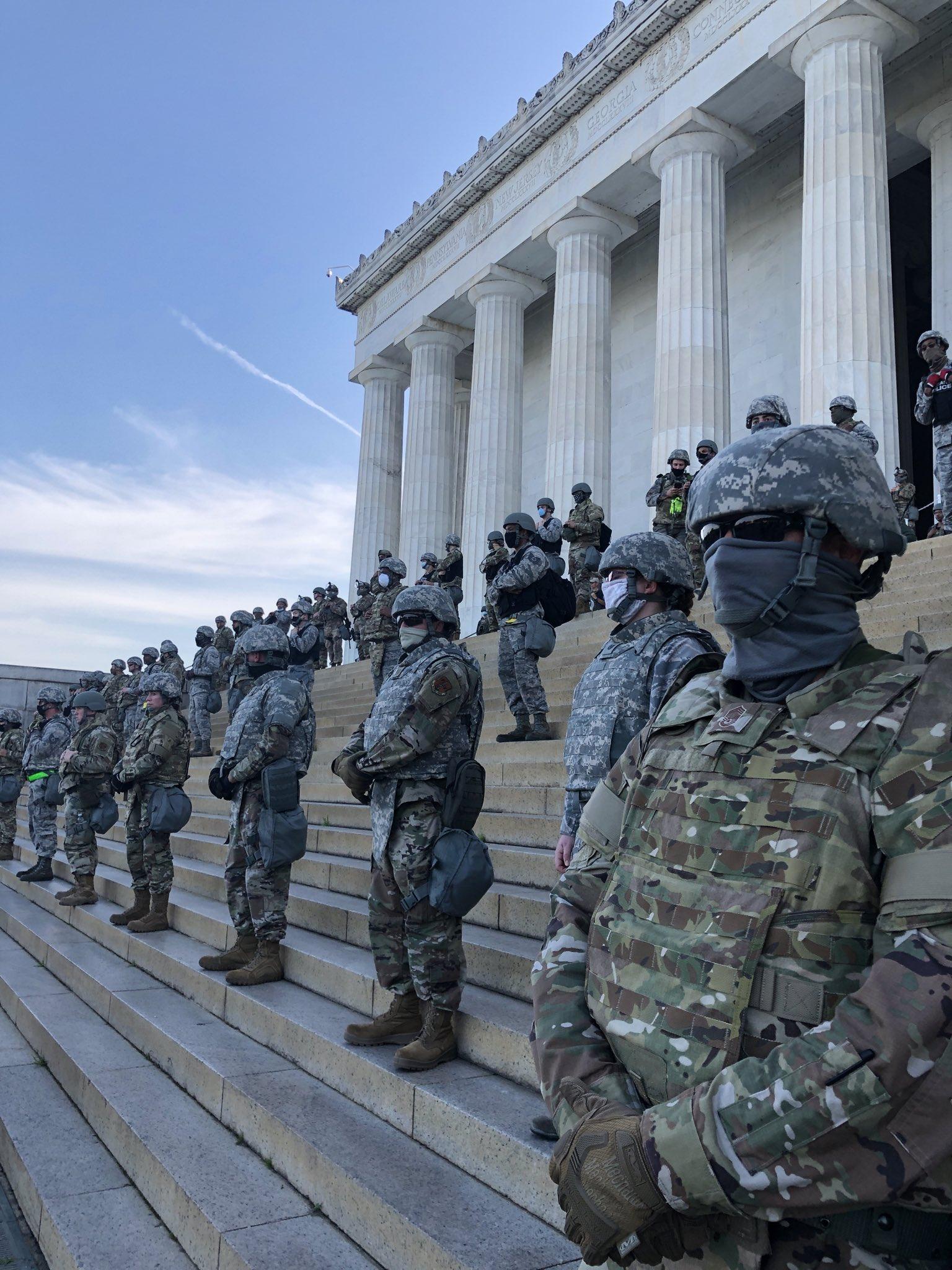 6月2日,美军士兵驻守林肯纪念堂 社交媒体图