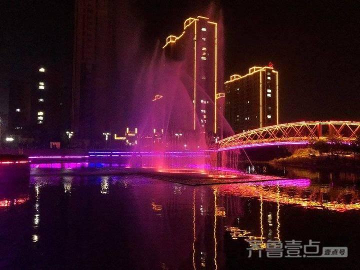 """禹城市泺清河国家水利风景区里的""""彩虹桥"""",夜晚流光溢彩"""