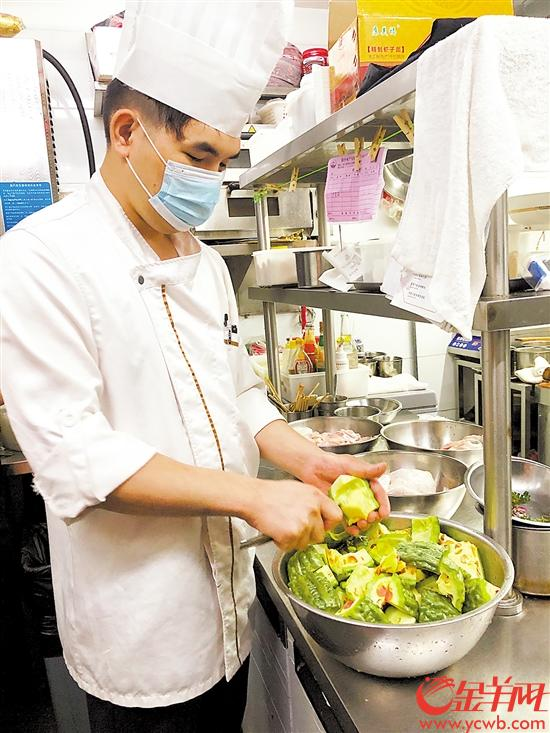厨师改进食材处理方式,尽量避免浪费