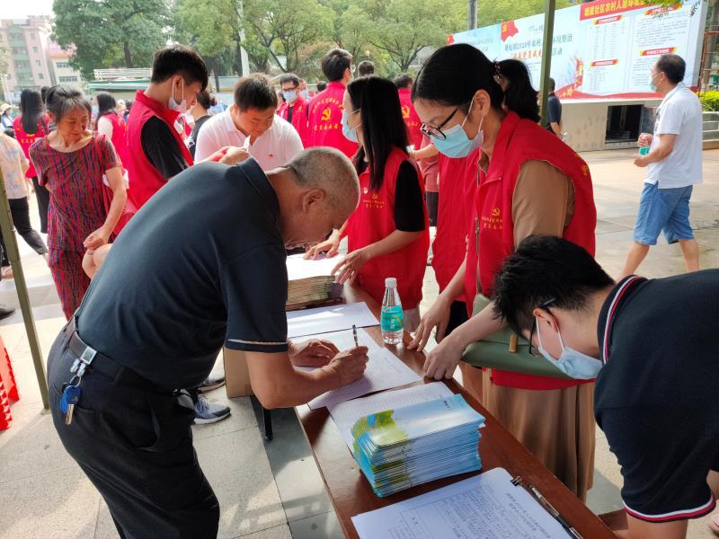 塘厦镇老党员助力农村人居环境整治图片