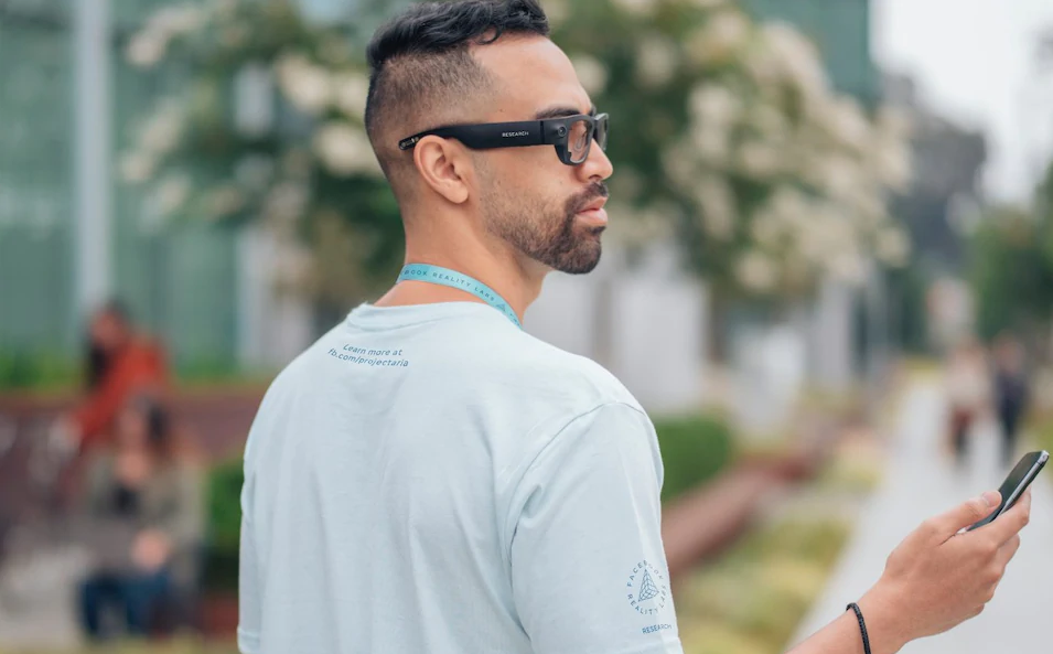 Facebook与雷朋合作生产智能AR眼镜 预计2021年上市