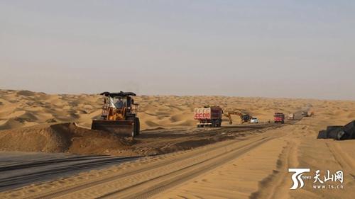 新疆尉犁至且末沙漠公路补给线全线打通
