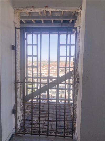 """加装电梯停工 大楼一侧""""镂空"""" 居民没有安全感 施工单位今复工"""