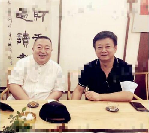 56岁朱军与好友饮茶,细节暴露不讲卫生,靠小商演捞金很开心