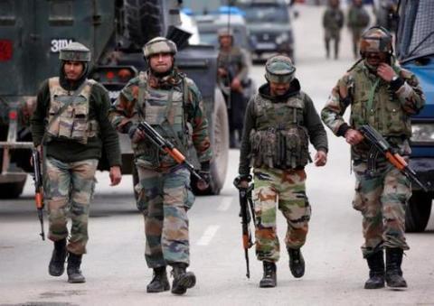 印度边境附近军营传出枪响 一士兵举枪自尽倒在血泊中