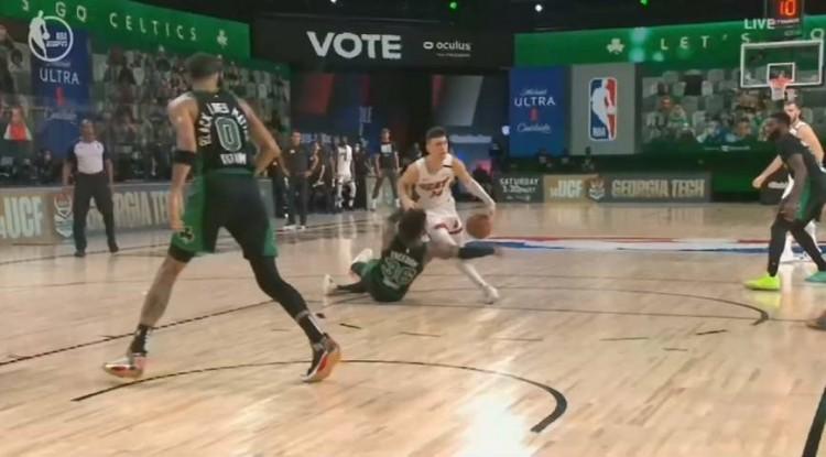 篮球运动员里守门最好的!斯玛特被晃倒后扑救式抢断希罗