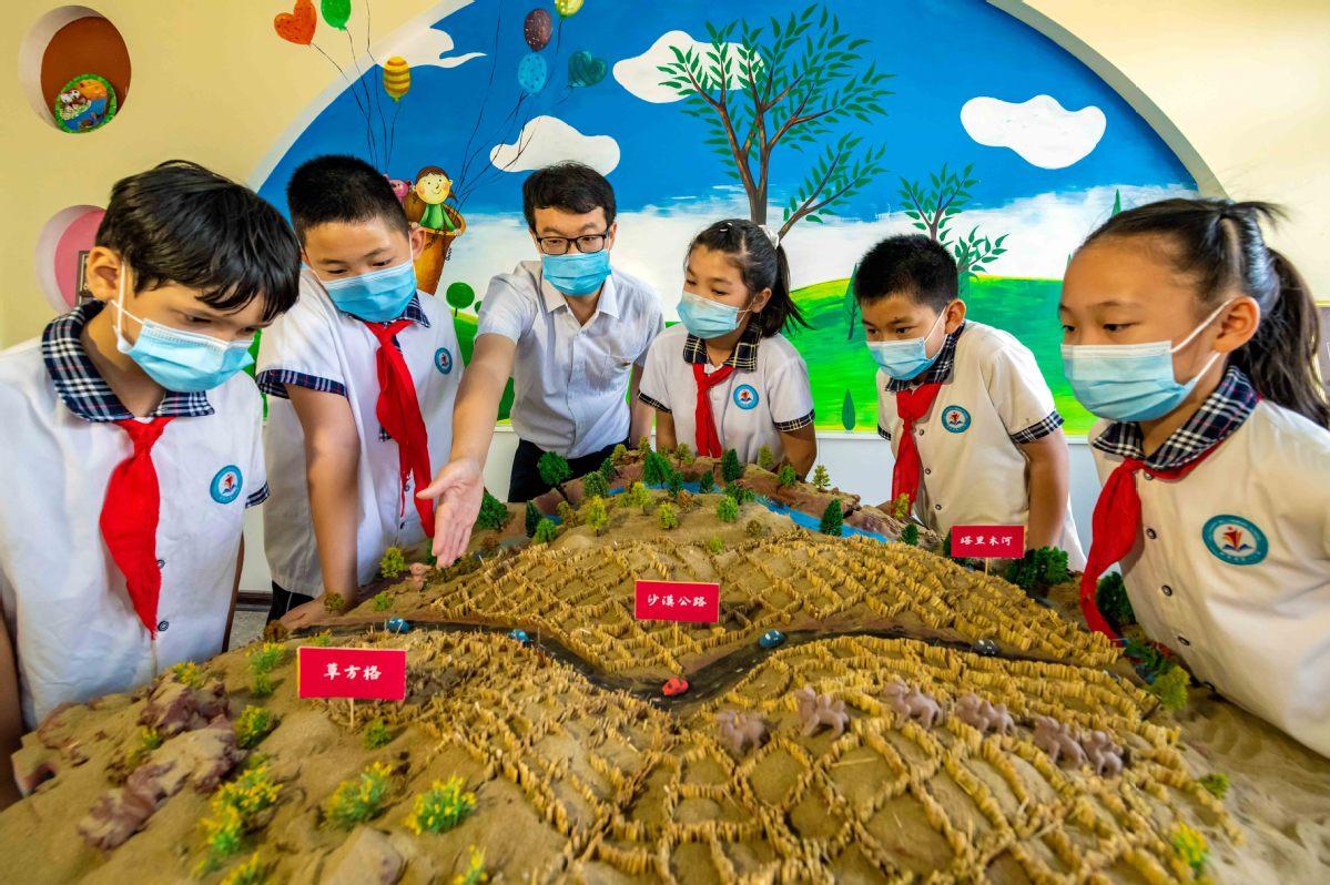 新疆尉犁:小手搭建微景观 科普沙漠草方格