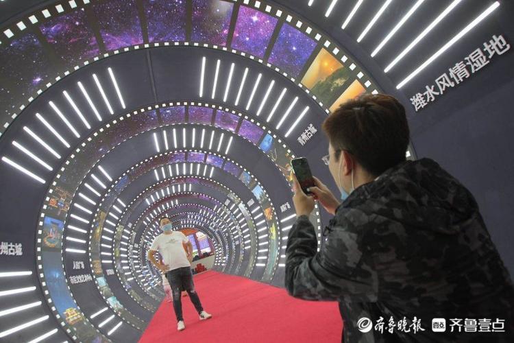 """潍坊展区""""夜享风筝都时光隧道""""引关注,参观者纷纷打卡拍照"""