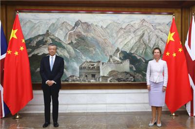 驻英国大使刘晓明会见英国新任驻华大使吴若兰