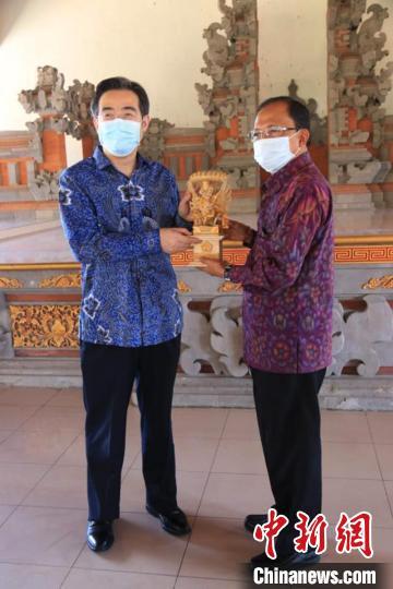 中国驻印尼登巴萨总领事朱兴龙到任拜会巴厘省长图片