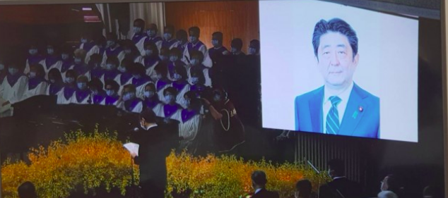 泉裕泰宣读安倍晋三的悼词。图源:台媒