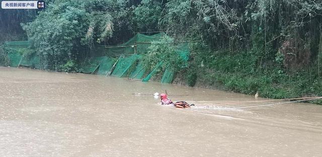 """安徽持续强降雨致水位暴涨 消防员""""飞渡""""救援被困群众"""